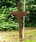 Ein Kreuz bedeckt von Bienen